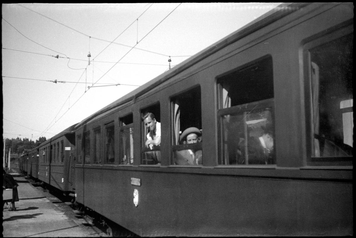 Stockholm – Roslagens Järnvägar, SRJ persontåg med resande.