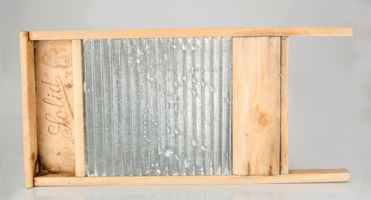 Norskprod. vaskebrett. Bølget aluminium i treramme.
