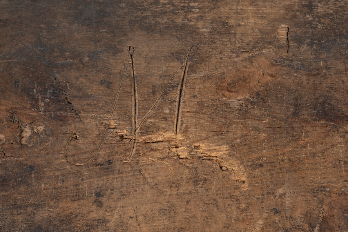 Rektangulær kiste. Kista har et krummet lokk, og hver side er laget fra en hel treplate. Innvendig i kista er det et ekstra rom, på høyre side og høyt opp, slik at det er plass under. På begge kortsidene har kista håndtak og foran er det en lås. Innvendig i kista er det to nagler på venstre side, en i lokket og en i kista. Naglene har biter av tau, brukt til å holde lokket åpent. Lokket er festet til kista med 3 hengsler. På kistelokket og sidene er det render langs kantene som danner en ramme. Det kan ha vært malt mønster på kisten, men overflaten er slitt og utydelig.