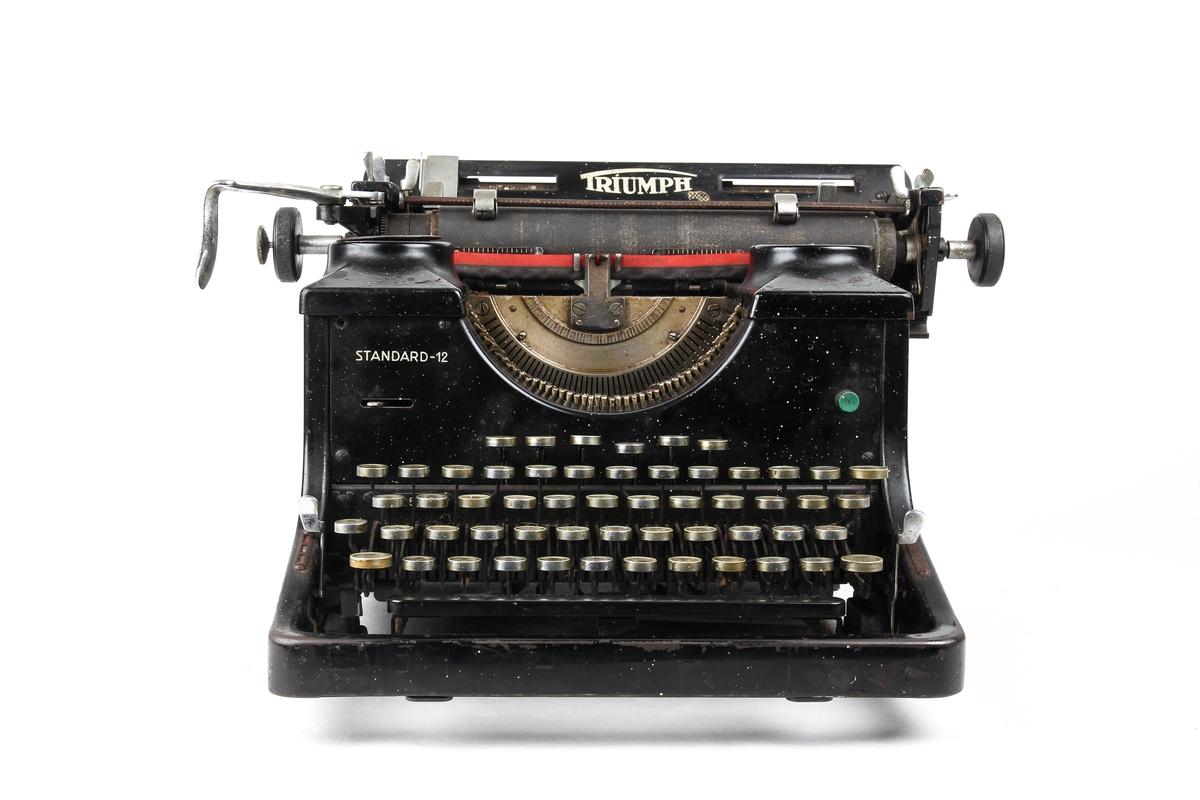 Manuell skrivemaskin med gummivalse.