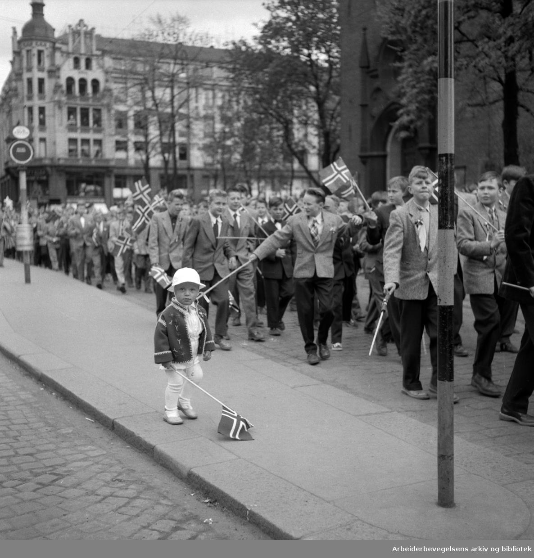 Barnetoget passerer Domkirken i Oslo. 17. mai 1956.