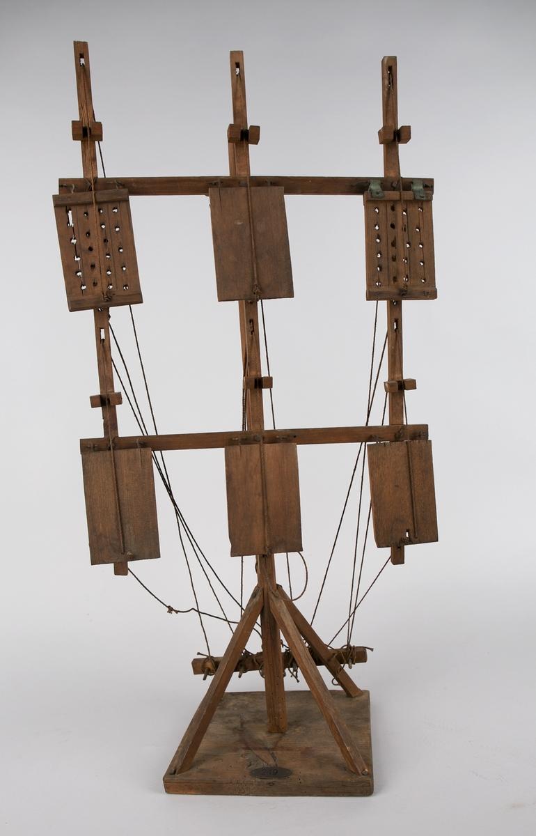Modell av klaffetelegraf. Ble benyttet langs kysten for å signalisere til skip. Består av mast med to horisontale rær hvor det er montert til sammen 6 treklaffer som ved hjelp av tauløpere kan settes i forskjellige stillinger.