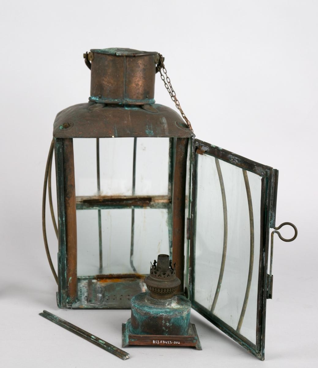 Del av lanterne. Parafinbrenner/oljebrenner for veke (mangler). Brenner montertes i spor i bunnen på lanternen.