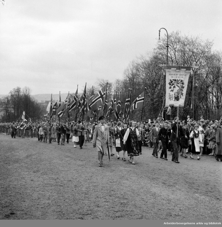 Barnetoget. Fanen til Huseby Skole. 17. mai 1957.