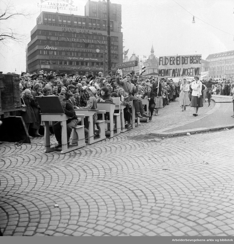 Russetoget. 17. mai 1957. Torstedgården i bakgrunnen..
