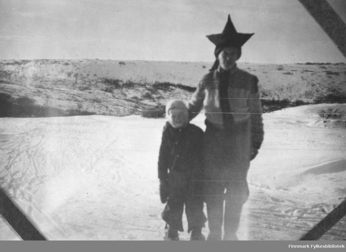 Andreas O. Mathisen fotografert sammen med adobtivsønnen Reidar Mathisen. Stedet er ukjent.