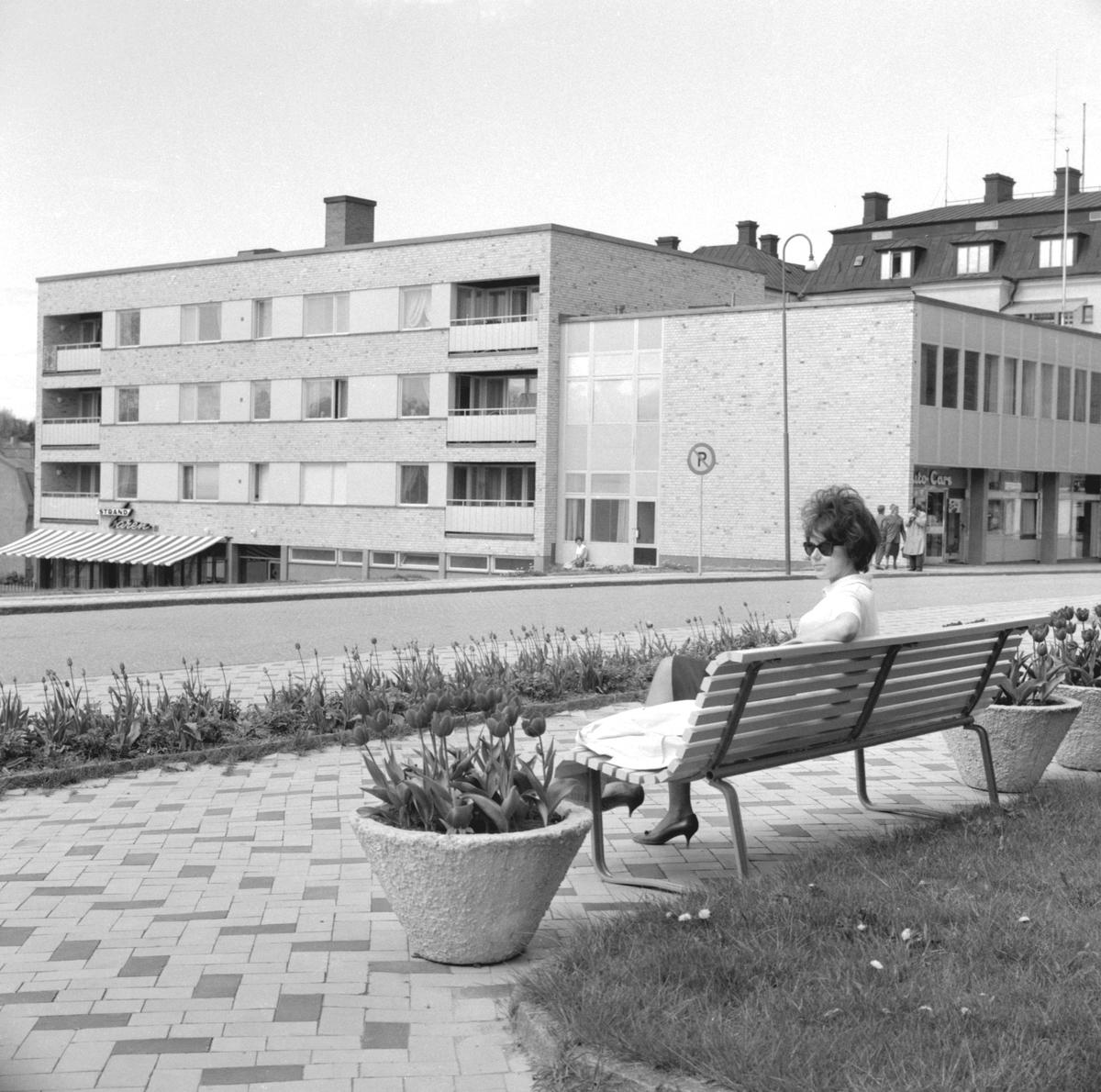 Parti av Mjölby en vårdag 1961. Platsen är närmare bestämt Kyrkogatan med blickfång mot kvarteret Domaren.
