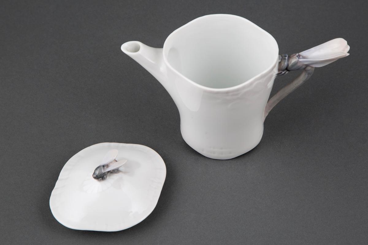 Kanne med lokk og tynn tut. Hanken er utformet som libelle, mens lokkets håndtak er utformet som en hvilende bie.