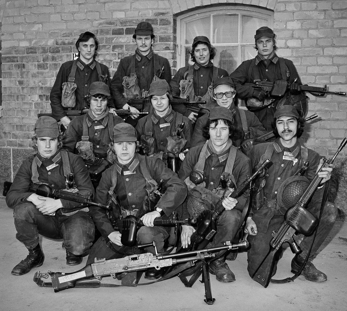 1. skyttegrupp vid 1. skyttepluton på Öster Rekarne kompani 1978.  Plutonchef var löjtnant Lars Bergström och stf överfurir Larsson.  Längst ned tv sitter korpral Anders Danielsson, senare officer vid regementet.  OBS! två bilder.