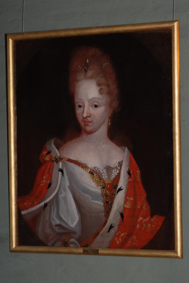 Olje på lerret, portrett av Louise av Mecklenburg (død 1721, gift med Fredrik IV). Halvfigur. kroppen i kvart profil mot høyre, hodet i kvart profil mot venstre. Hvit kjole, over skuldrene en rød kappe med gullkroner og hermelinskanter. Forgylt ramme.