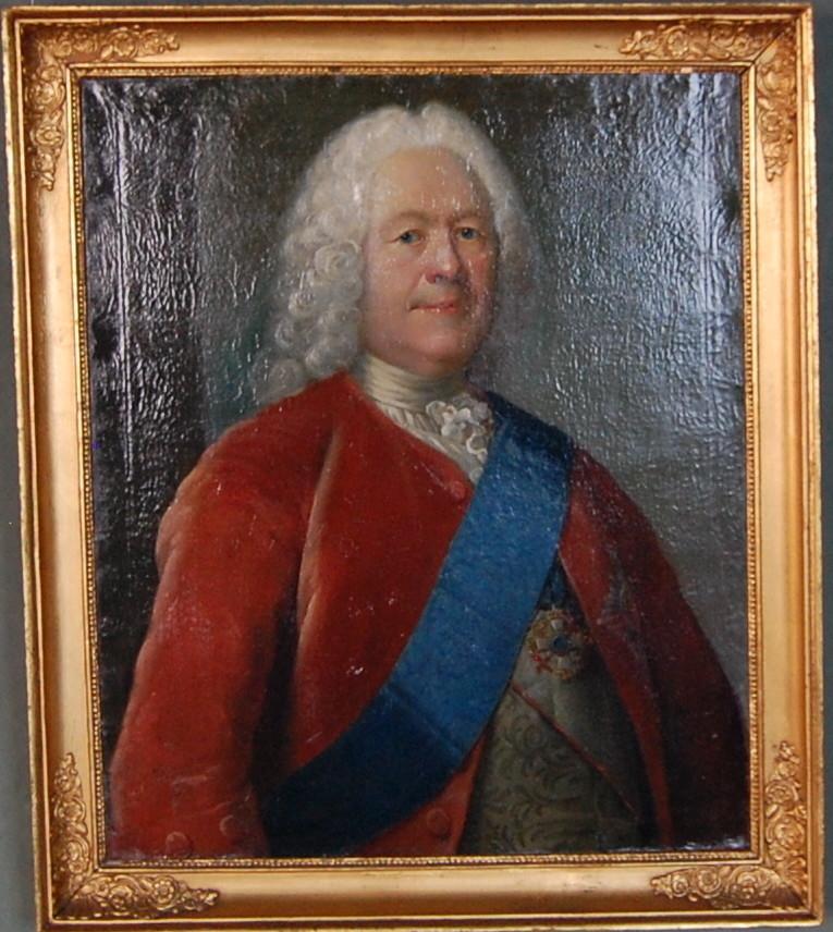 Portrett av mann med hvit parykk, rød jakke, hvit skjorte og blått bånd over brystet.