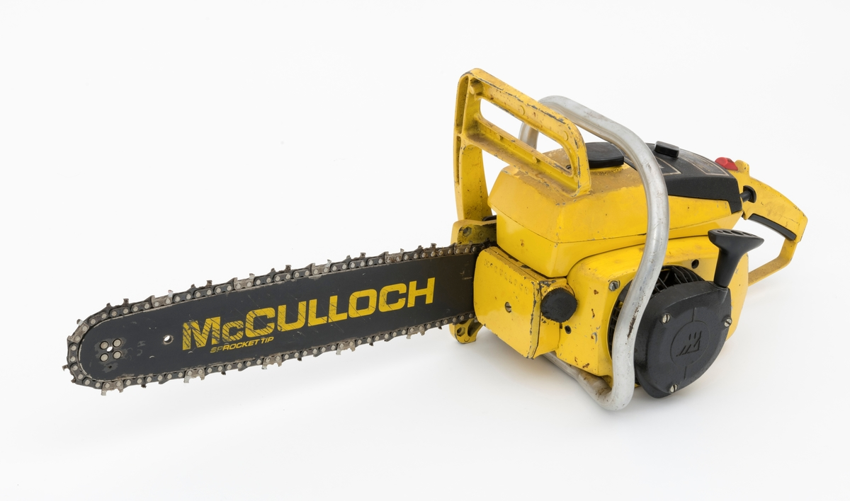 """Motorsag av typen McCulloch Pro 10-10 Automatic (Pro 10-10 A) beregnet for en person, enmannssag, med påmontert sverd og sagkjede.  Saga ser for registrator ut til å være komplett. Pro 10-10 A er utstyrt med kjedebrems.  (For beskrivelse av McCullochs kjedebrems, se vedlagt fil under fanen """"Referanser til filer"""".)  Sags komponenter er i utført i stål, aluminium og presstøpte metallegeringer, noen komponenter i plast og gummi. Saga har liggende sylinder med tennplugg, eksospotte, lydpotte (lyddemper) på høyre side av sylinderen. Bensintanken er plassert oppå motorkroppen, oljetanken i front av sagkroppen. Luftfilteret er plassert under et svart deksel, rett bak bensintanken.   Det fremre håndtaket som omslutter sagkroppen er utført i aluminium, ikke belagt noen gummipolstring.  Bakre håndtak har pistolgrep med gasshendel som kan betjenes med pekefingeren fra pistolgrepet. Stoppknappen sitter oppå håndtaket. Chokehendelen gjenfinnes til høyre for håndtaket, på baksiden av dekselet til luftfilteret.   Fra en medfølgede lapp gjengis det her noen tekniske spesifikasjoner for saga:  Motor: Totaktsmotor Sylindervolum: 54 kubikkcentimeter Vekt: 7,5 kg (Sannsynligvis vekt med 16"""" sverd og kjede)"""