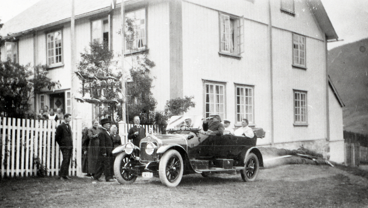 Slidre Prestegard 1923. Kong Haakon ved rattet på bilen A-1, Minerva