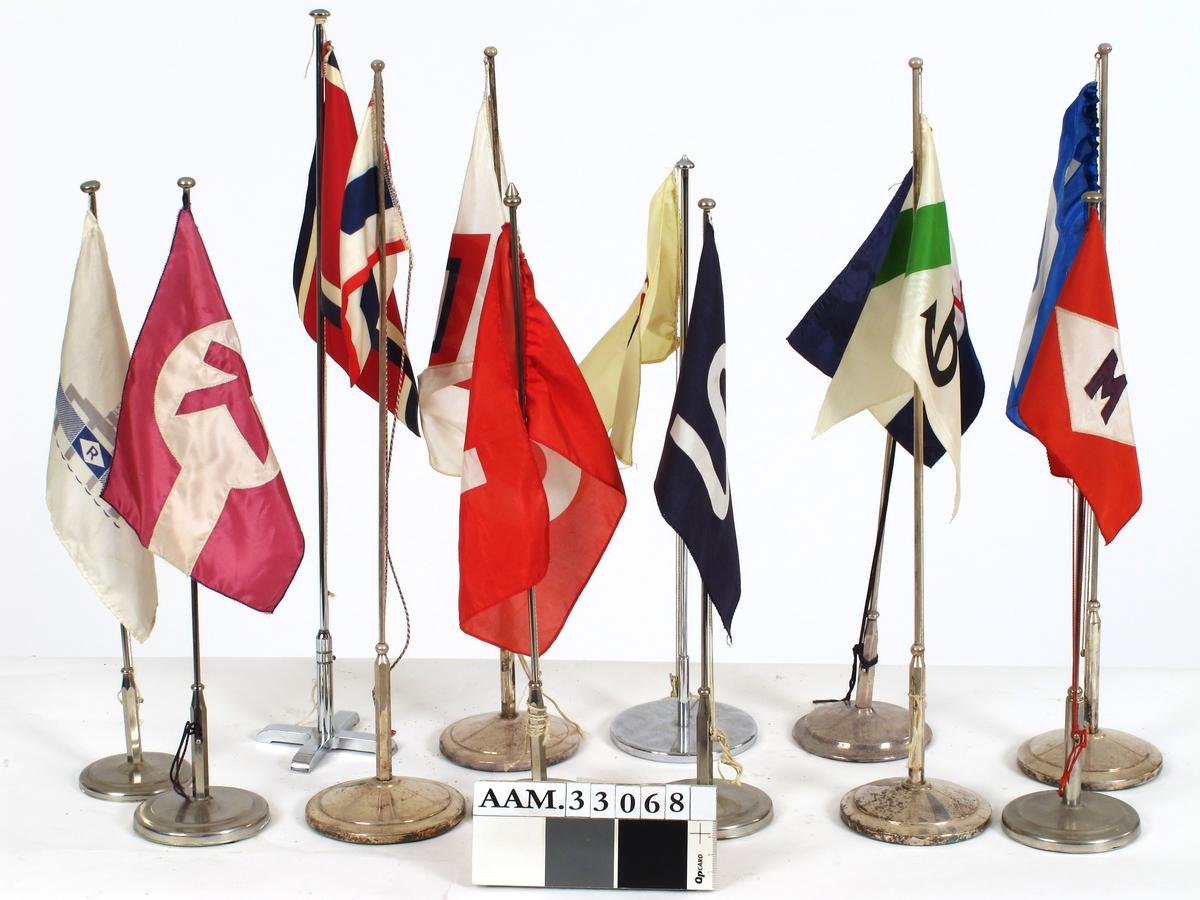 Bordflagg som sto i sjømannsskolens restaurant. 12 stk.