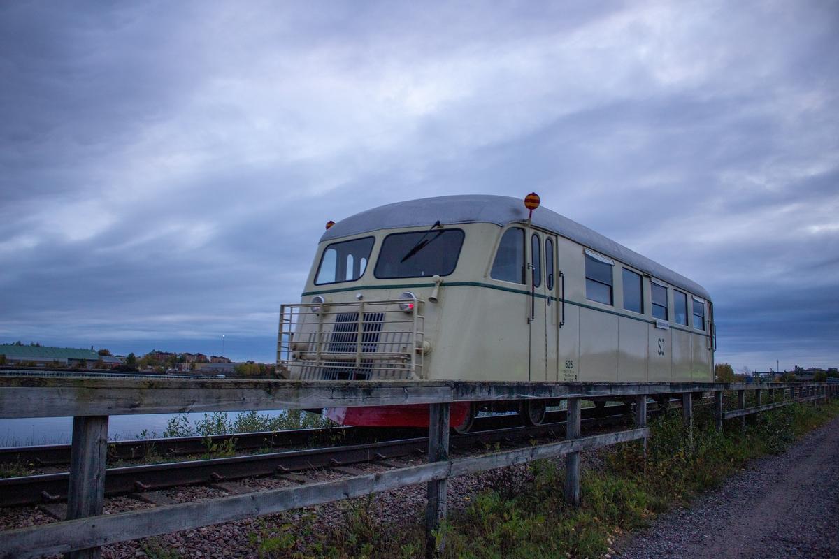 Rälsbuss Yo1s 626, med träkorg med tunn plåt utanpå. Ljust cremegul med en grön rand nedanför fönstren. Taket är silvergrått. Återställd i 1950-tals utförande. Högsta tillåtna hastighet: 80 km/h. Motor: Scania D802 på 155 hk. Antal sittplatser: 46 stycken.