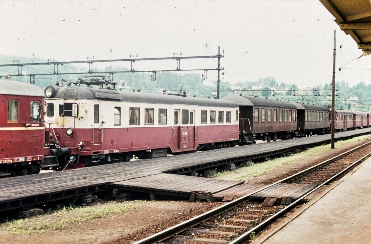 Elektriske motorvognsett med motorvogn BM 67 03 fremst på Lillestrøm stasjon