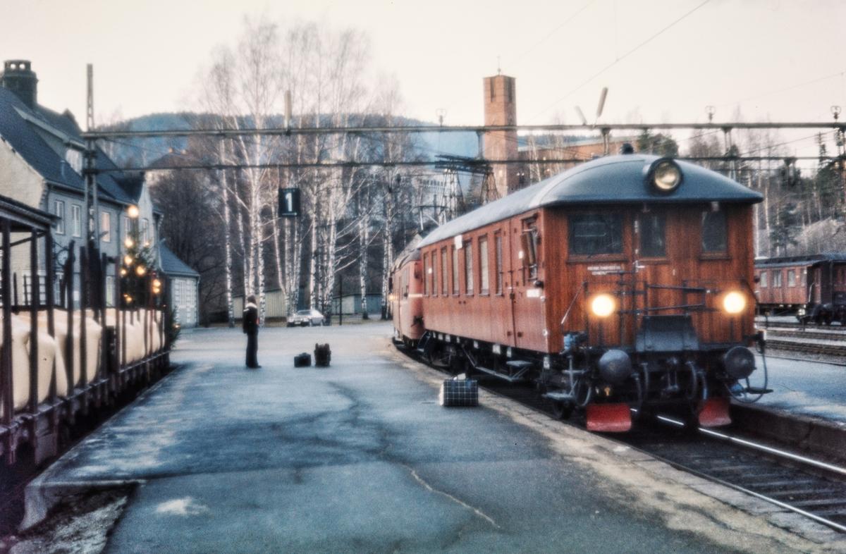 Elektriske motorvognsett med styrevogn BFS 65 fremst på Notodden stasjon