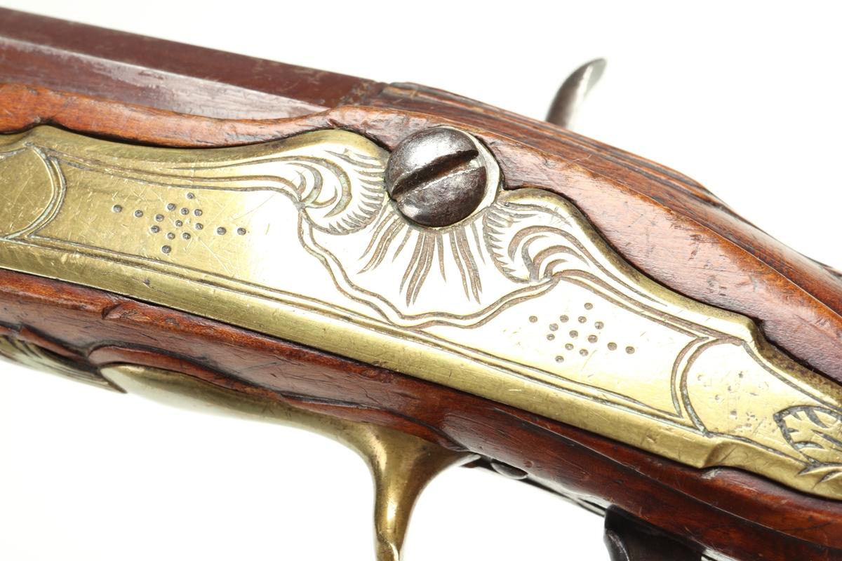 Slaglåspistol omändrad från flintlås. Den har helstock med sniderier vid svansskruvsbeslaget, kring varbygeln och sidoblecket. Näsbeslaget är tillverkat av horn, kolvkappa, varbygel, rörkor och sidobleck är tillverkade av dekorerad mässingsplåt. Pipan är brungjord, samt har åttakantigt kammarstycke. Pistolen är utrustad med ett filat gropsikte och korn av stål. Lås och hane är av stål, och av senare blånering. Pipan är slätborrad med en innerdiameter på 14 mm.  Inskrivet i huvudkatalog 1939