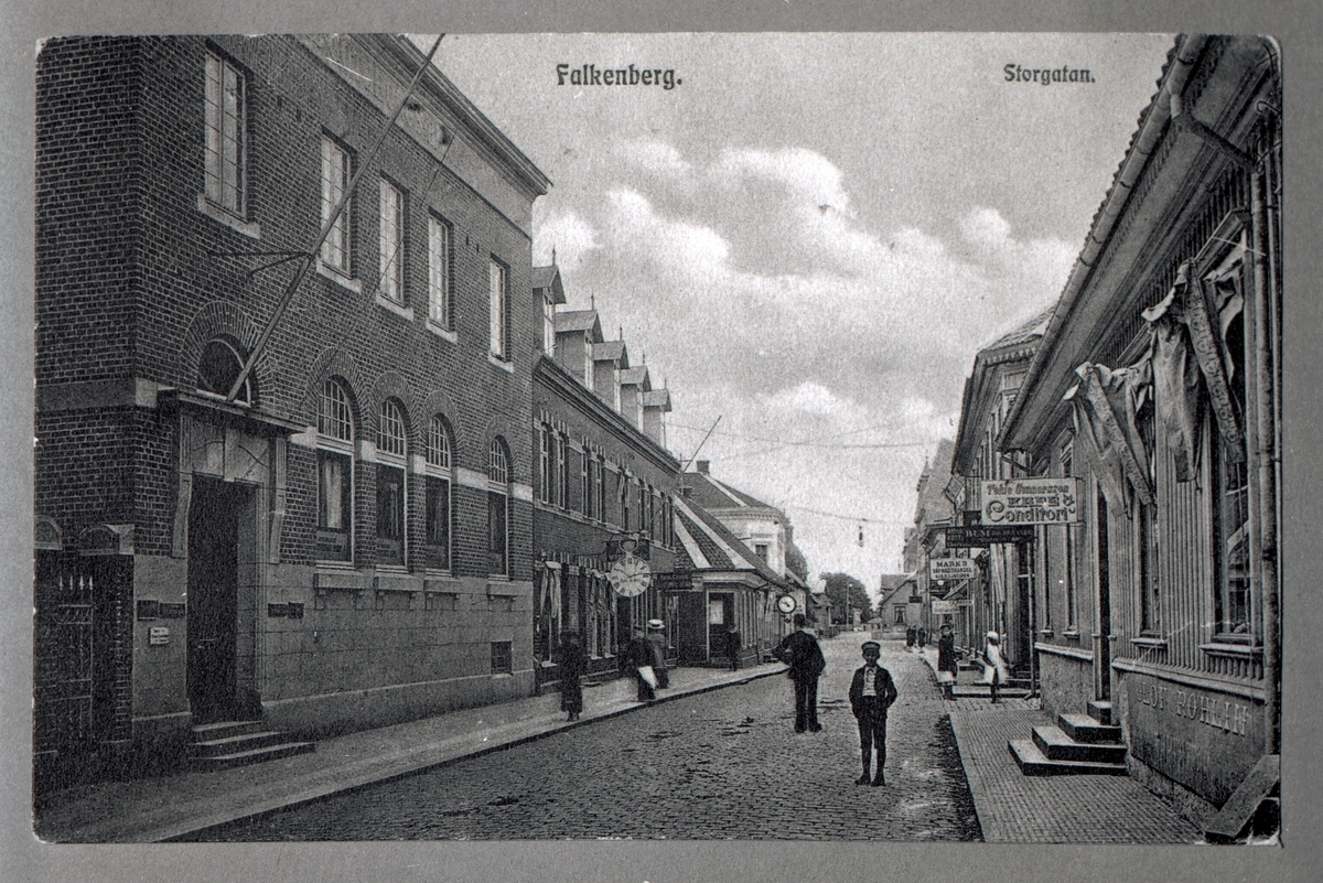 På gården tomt 50 (Bron 3) har hållits laxauktioner, vilka illustreras på en målning av Robert Lundberg 1892.  På affärsskyltarna kan man läsa T ekla Gunnarssona Conditori.
