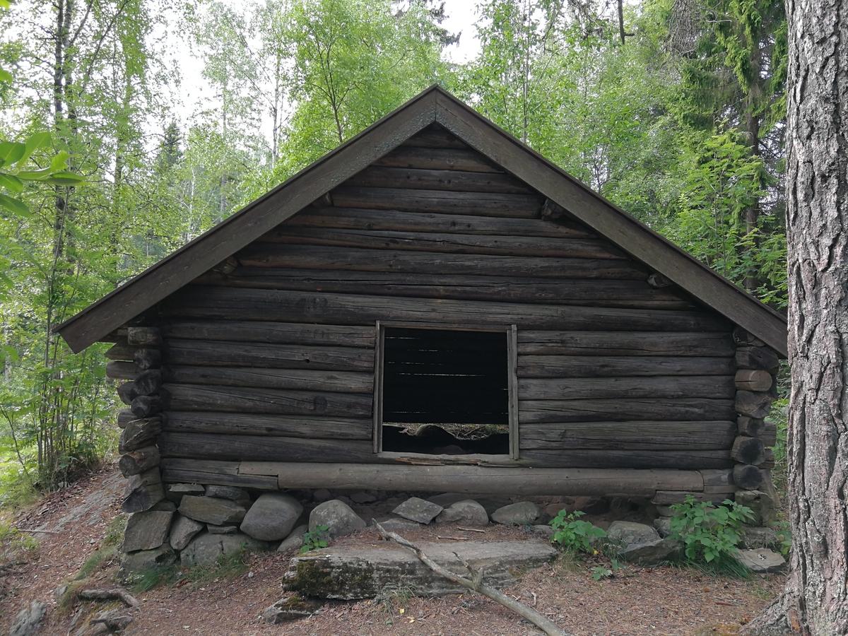 Tømmerkoie fra Mårvangen i Gullverket. Flyttet i 1957.