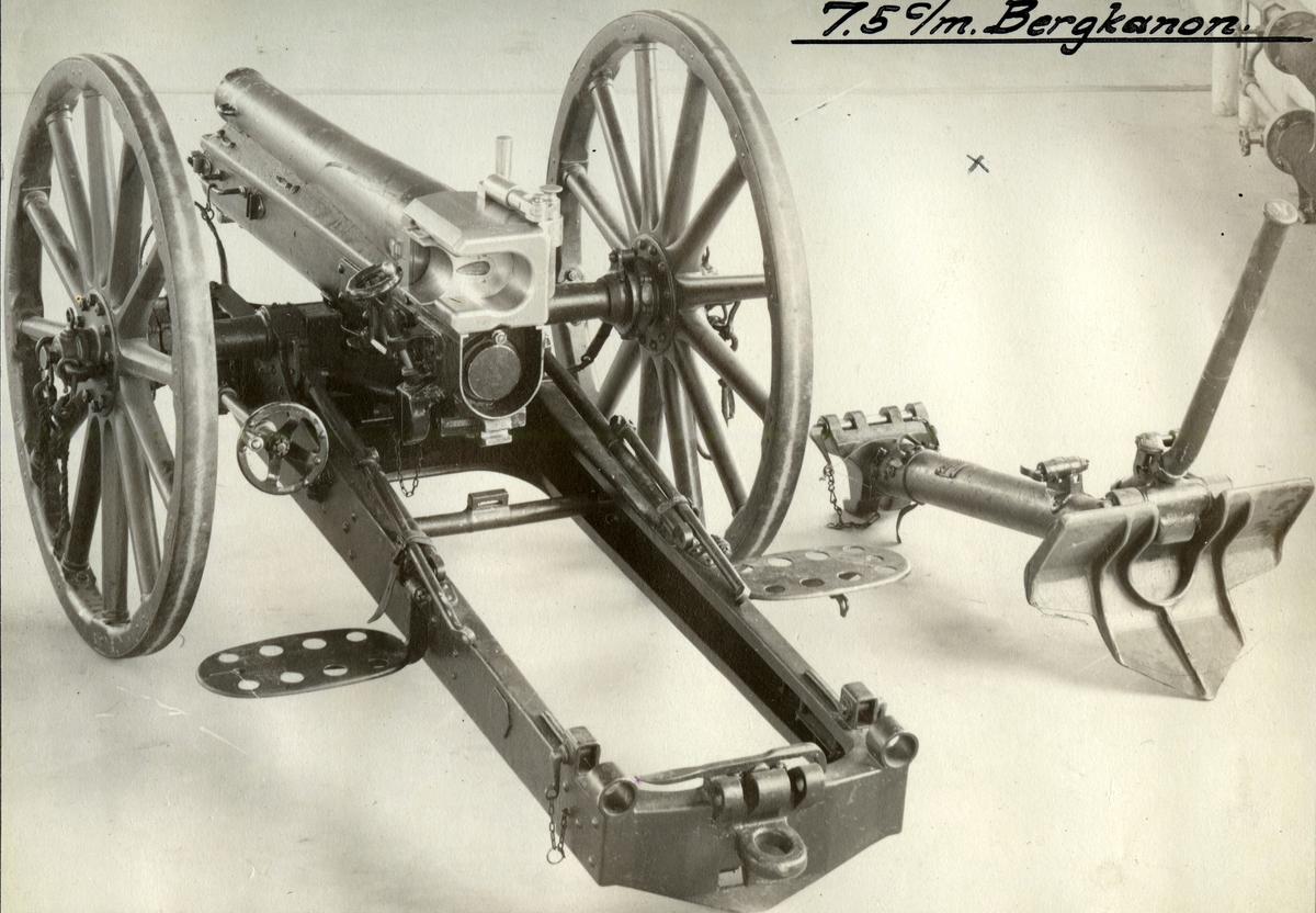 Bergkanon 7,5 cm. M / 32   2. Høyre siden. Major Selmer patent.m / kilemek.