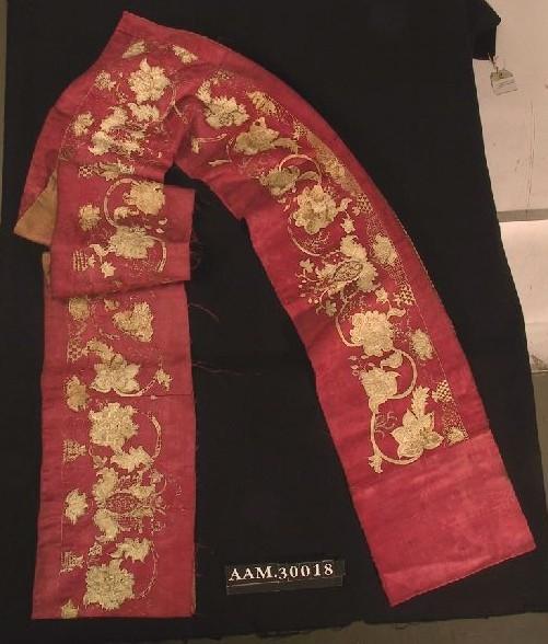 Bladmønstringer i damasken, applikert og brodert blomsterranker, bølgeformer med ulike rutemønster, stjerner, små knuter.