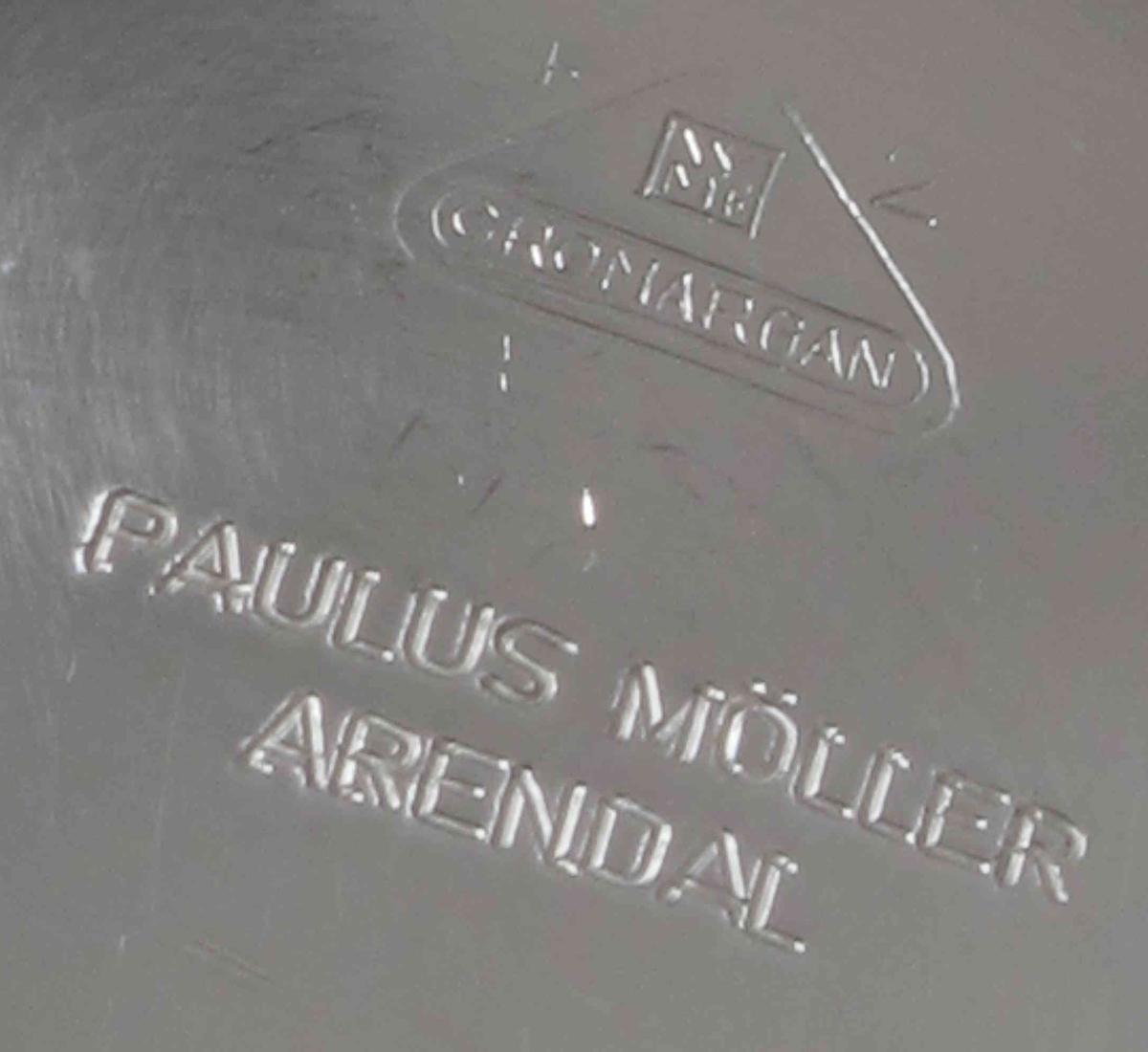 Smørskåler i rustfritt stål, rund form,  med elegant oppsvunget handtak. På undersiden stemplet med Arendals byvåpen og leverandørens navn, en lokal jernvarehandel. Cromargan .