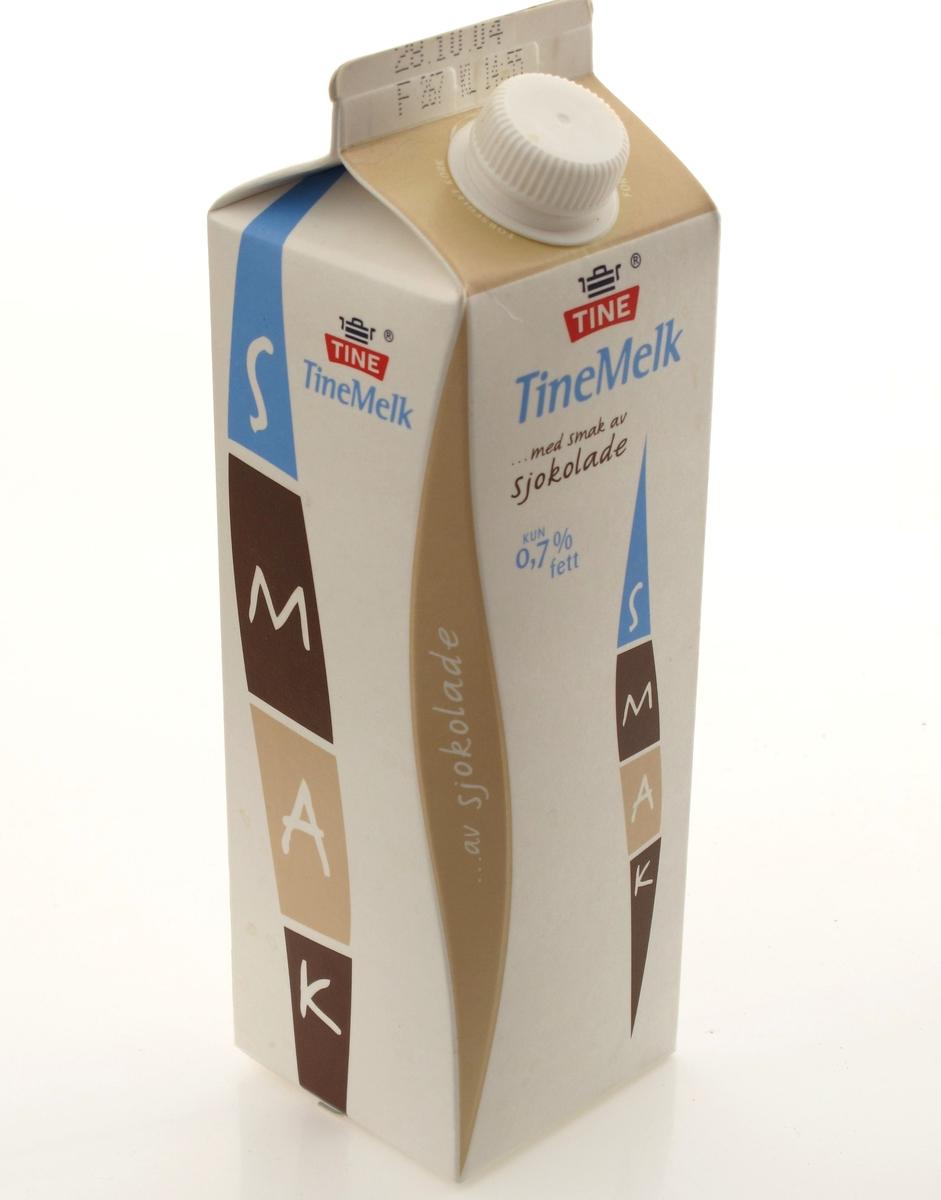 Kartong til melk, mønetype, volum 950 ml. En hjørnekant er elegant avskrådd, designen kalles Pure Pak Diamond. Flerfargetrykk. Pastellfarger a la kaffe latte. Produsert for Tine. Design årgang 2004. Varedeklarasjonsfelt med opplysninger om næringsinnhold og oppbevaring, varemerke, strekkode og godt-norsk merke.