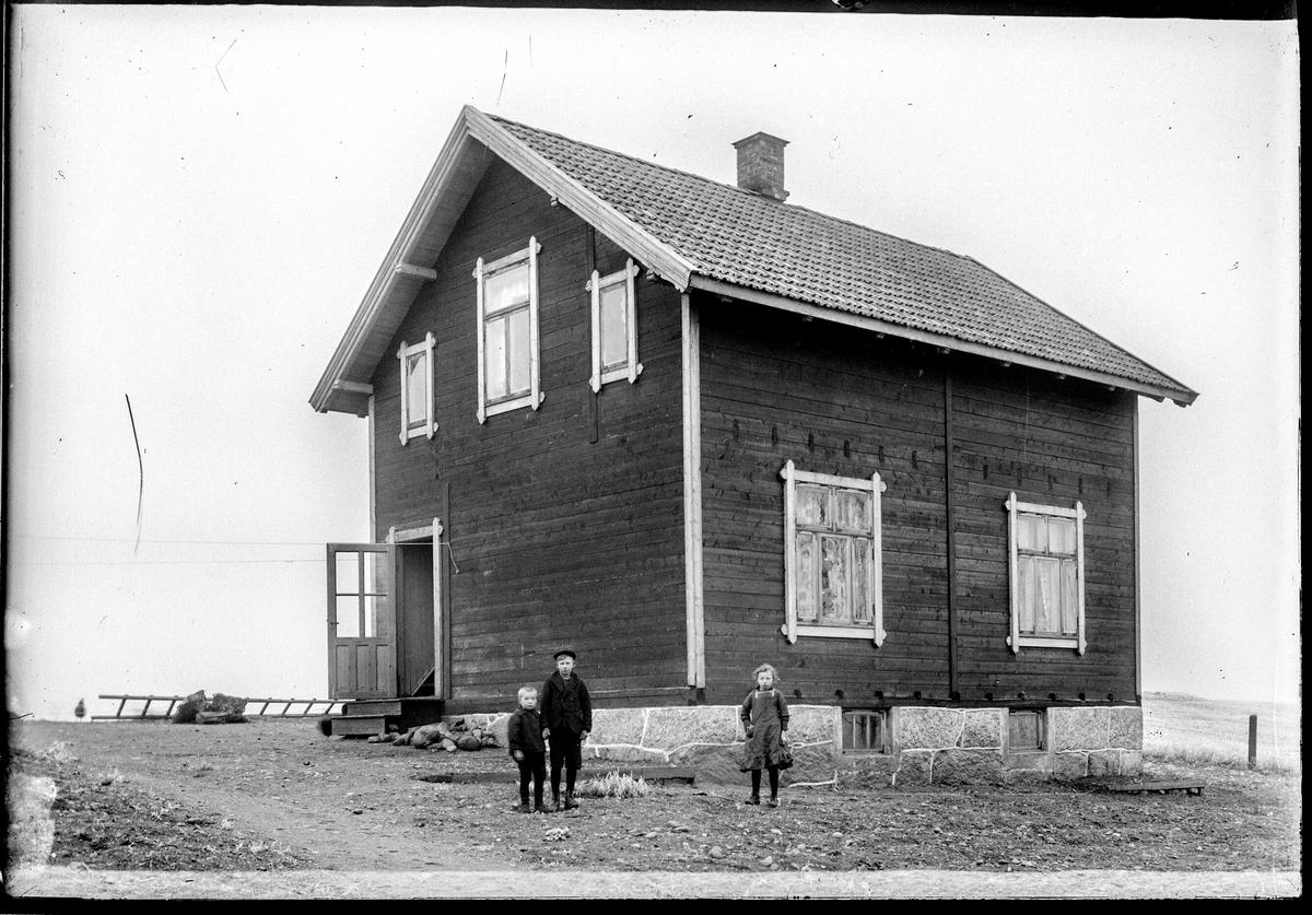 Høienhaldgata 31a i Moss.  Tomta ble delt da huset ble solgt ca. 1980 etter å ha vært i samme familie tre generasjoner, fra far til sønn. Oldefar til informant  fikk bildet av fotografen i 1913. Huset ble  bygd i 1908, som første bolighus på Malakoff. Huset, med diverse endringer, står fortsatt i dag (med nye eiere.
