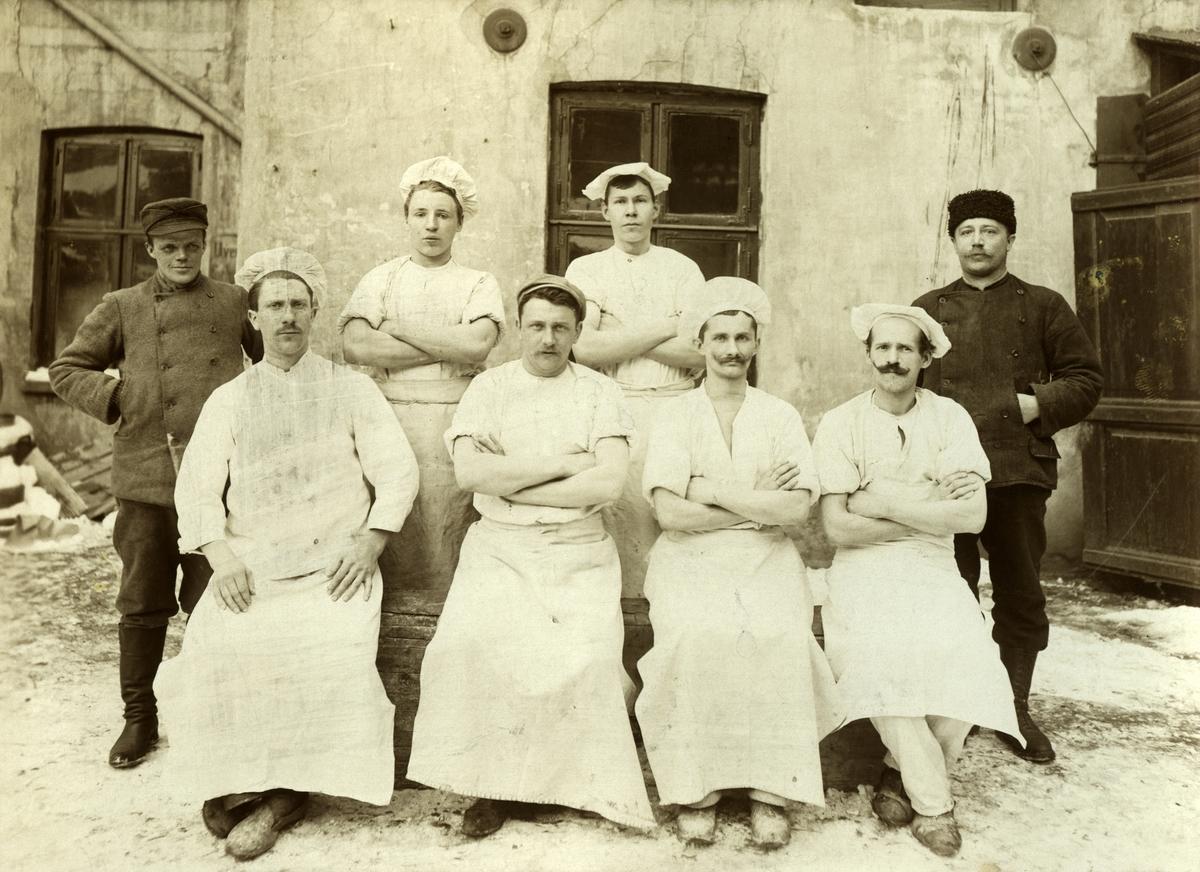 Gruppebilde av bakere i Kristiania i perioden 1907, 1914. Nr to foran fra høyre er Franz Isaksen fra Vadsø.