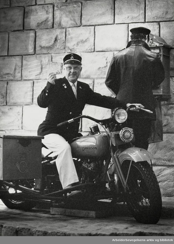 Postmuseet. Erik Mikael Sveum på Postmuseets røde Harley Davidson. Juli 1990