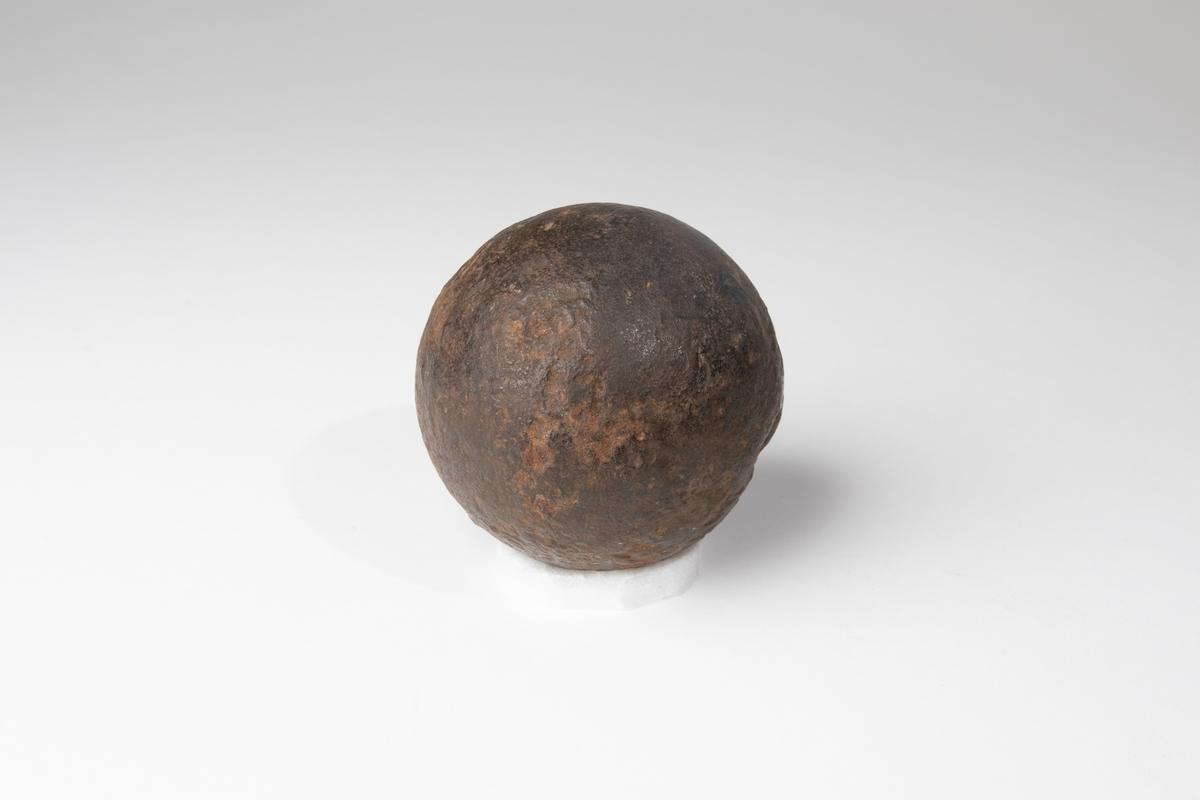 Kanonkula av järn av 1600-1700-talstyp, 6 pundig.