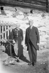 Eldre par står ved steintrapp til stabburet på Myklebø, Svat