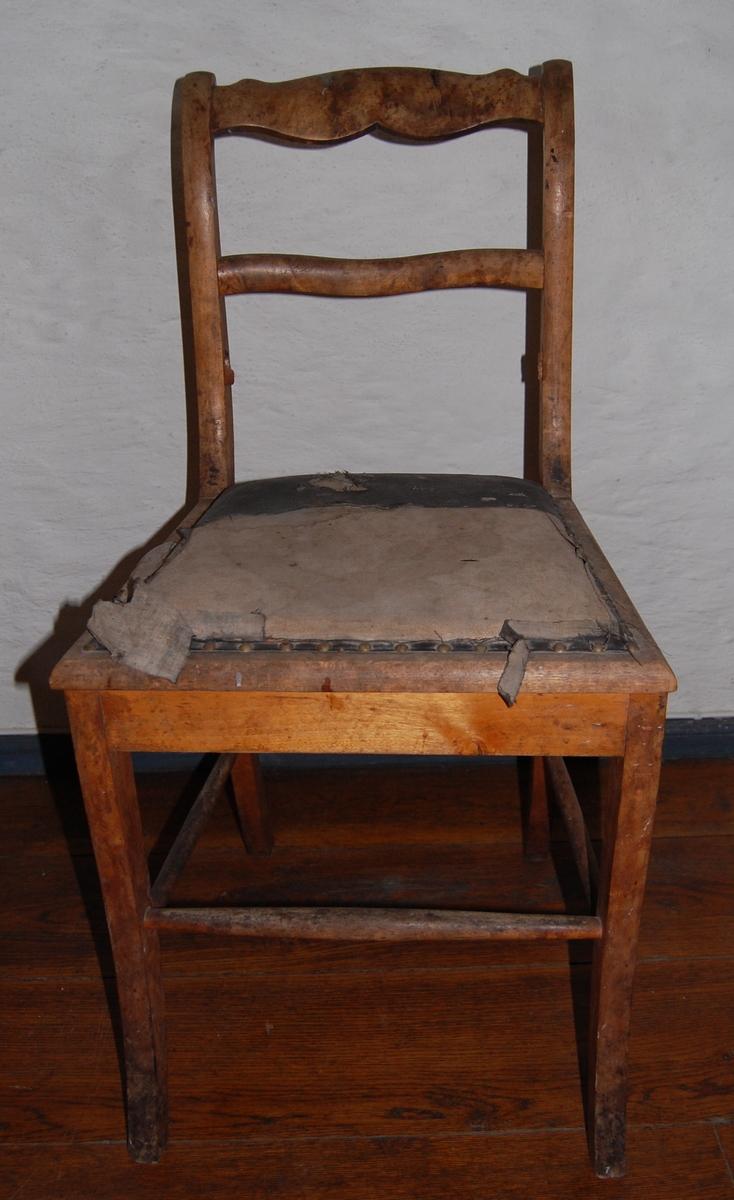 Trestol med sete i dårlig forfatning (kunstskinntrekk?). Tre ryggsprosser, øverste profilert. Likner AS.613-617, Biedermeier-stil.