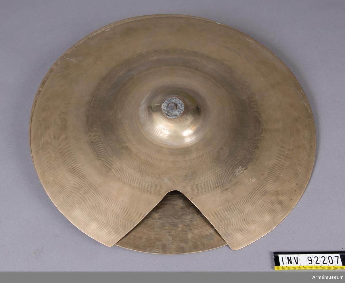 Ovansidan av symbalen tillverkad av A. Zildjian Co, Constantinople TM, Turkiet Undersidan av symbalen tillverkad av Avedis Zildjian Co, USA. Kombinationspedalen tillverkad av Flemming Perfekta.