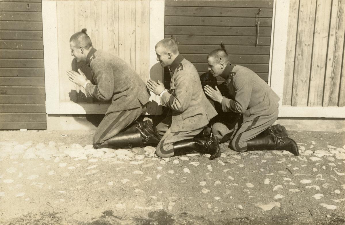 Soldater framför en byggnad.