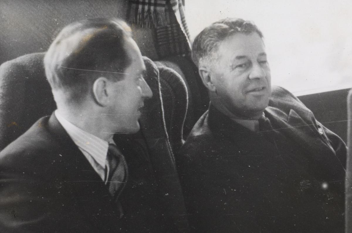 Fra en prøvetur med elektrisk motorvognsett type 106. Interiørbilde fra salongen i motorvognen, Adolf Bech til høyre