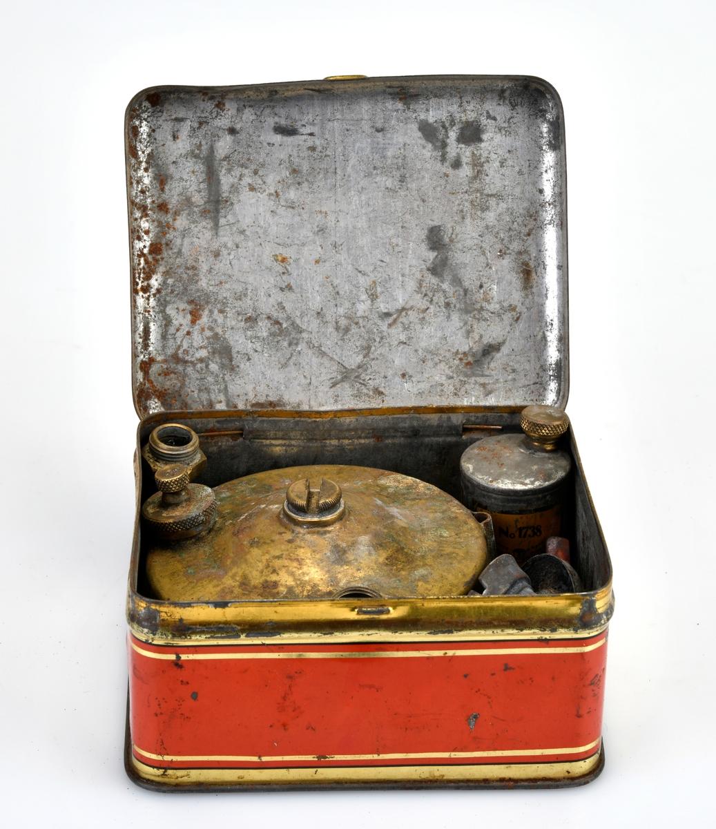 En turprimus som oppbevares i en tilhørende metalleske.