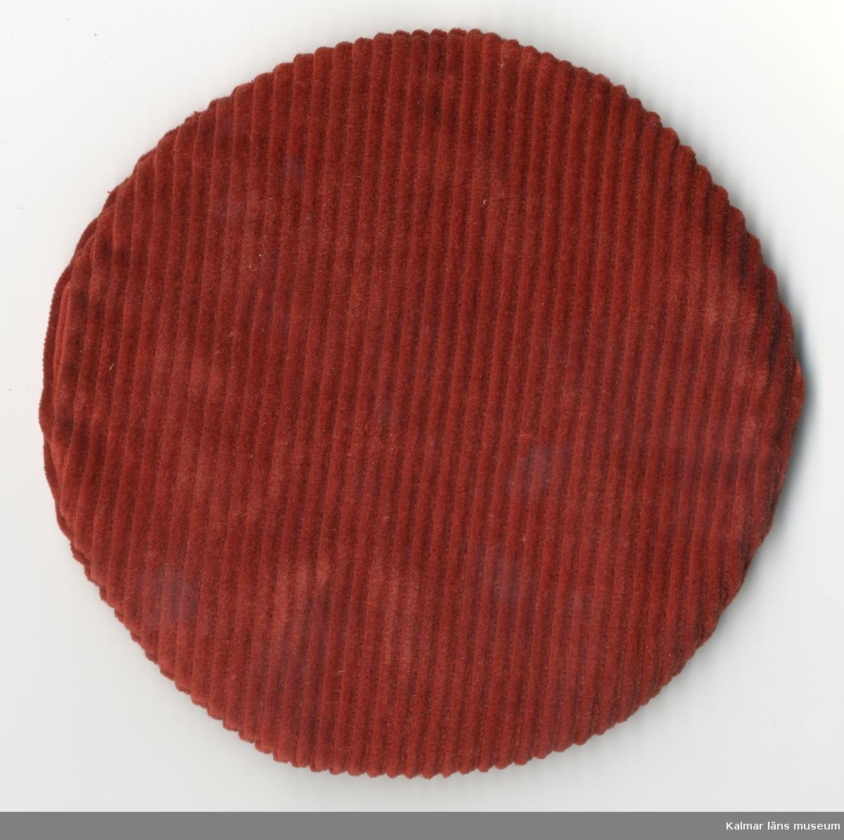 KLM 28082:307  Dockhuvudbonad, dockbasker, av textil, bomull, bredspårig manschester, röd.