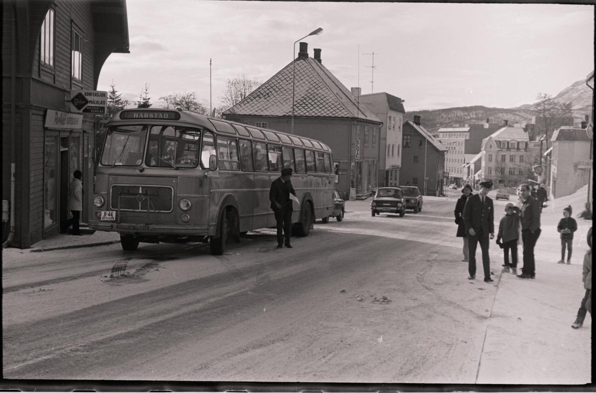 Buss og folk utenfor Giævergården.