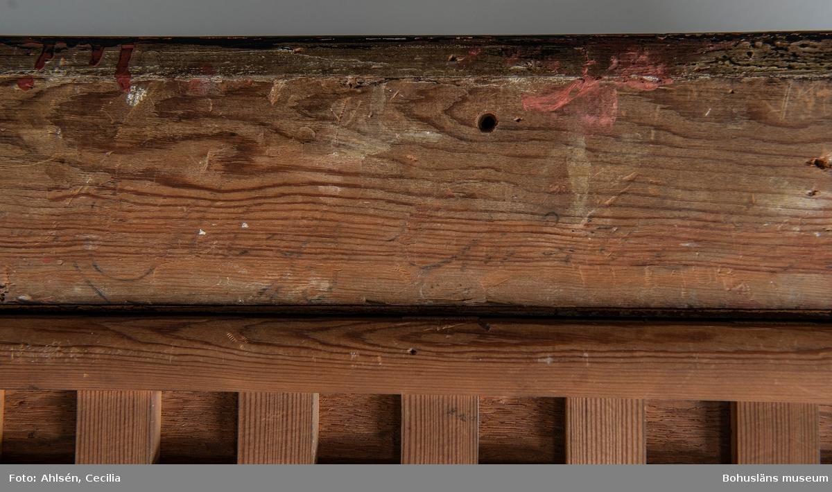 Willem van Mieris. Född i Holland 1662, död 1747. Vilthandlaren, 1715. 45 x 37,5. Olja på träpannå.  MONTERING/RAMNING Träpannå av ek, troligen parketterad på 1800-talet. System av vinkelställda fururibbor, varav de lodräta är limmade mot träskivan, för att motverka rörelser orsakade av förändringar i  luftfuktighet. Mörk träram där röd grundfärg skymtar; 65,0 x 56,5 cm. Några större skruvhål i ramen.   UPPGIFTER PÅ BAKSIDAN Få anteckningar; två otydbara ord skrivet med svart krita/kol. Skrivet med mörk blyerts i höger övre hörn: 9 x  På ramens nedre del en röd sigillrest ovanpå ett fastlimmat papper. Övrig historik se JJ01.