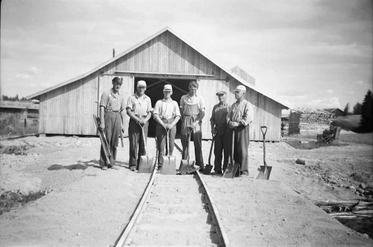 Sidesporet til C.H.Aanerud sag og høvleri på Finstadbru er ferdig. Berg, Ihlebekk, Thuen, Ødegård og trolig også Engen var jernbaneansatte, mens Kville var sesongarbeider.