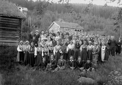 Stor forsamling på Bygdetunet/Solbakken, med Eltdalstuggua i