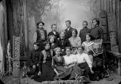 Skoleelever født ca. 1900. 1. rekke fra v.: Paul Sætre, Anna