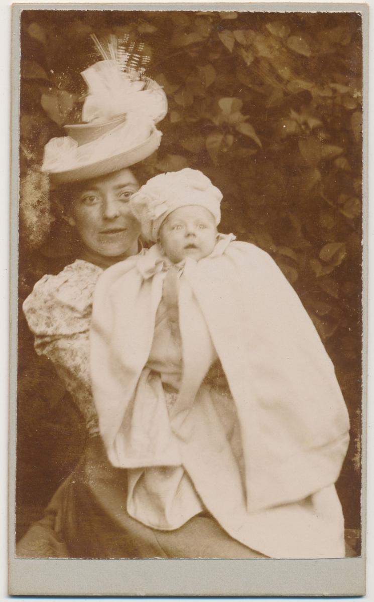 Foto av Kathinka Engebretsen med barn Fotograf ukjent