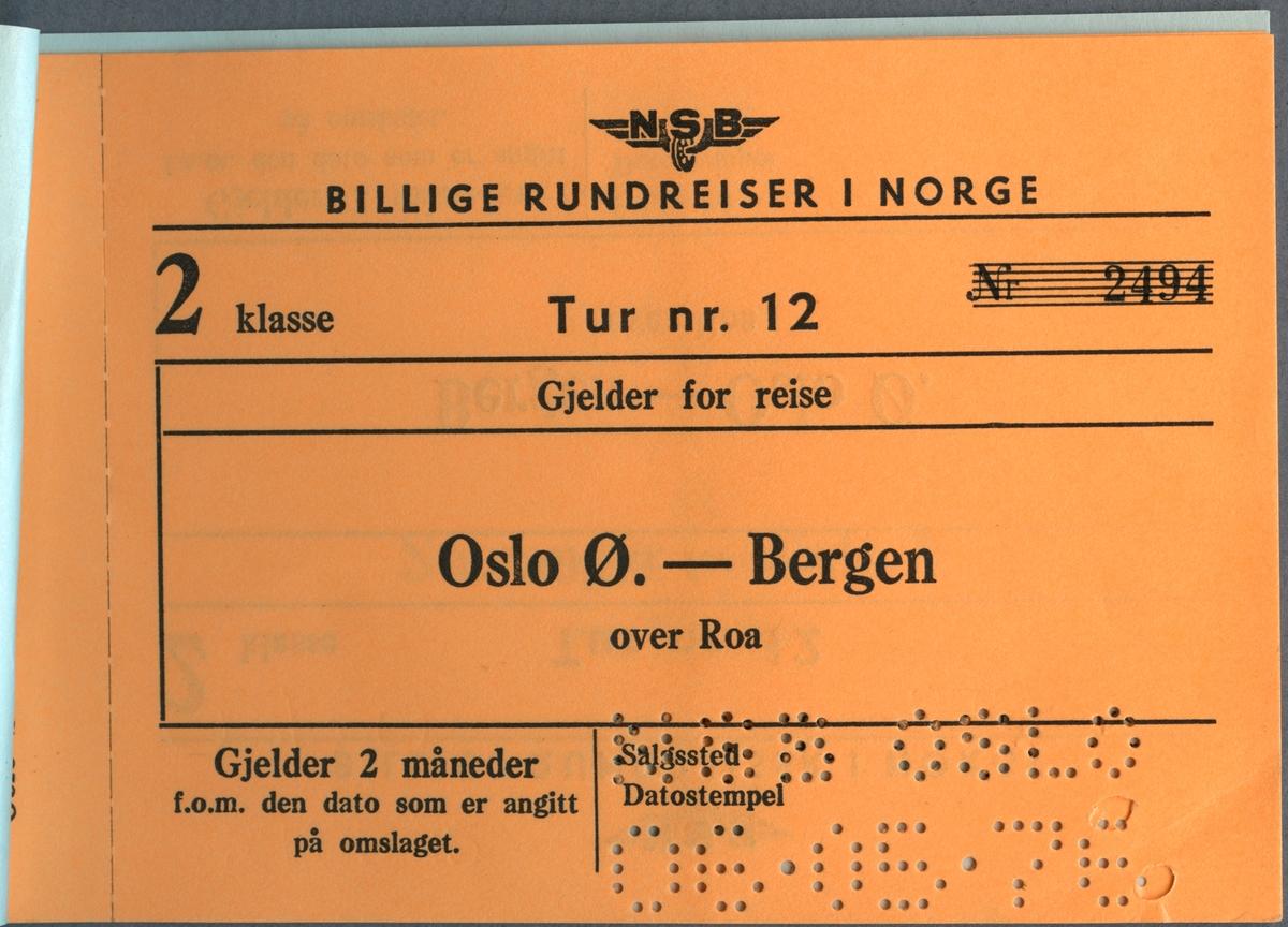 """Rundresebiljett för tåg och båt för Triangelturen.  Resan börjar i Oslo. Priset är 275 kronor. Biljetten har en stämpel i nedre högra hörnet där det står """" NSB Reisebyrå 6 mai 1976"""" På baksidan står """"H. Clausen"""" handskrivet i nedre högra hörnet. På nästa sida finns information om resväg. Biljett 2:a klass för resan Oslo via Roa till Bergen. Biljetten är stämplad. Biljett 2:a klass för resan Stavanger via Kongsberg till Oslo. Biljetten är stämplad. På baksidan finns information om resevillkor."""