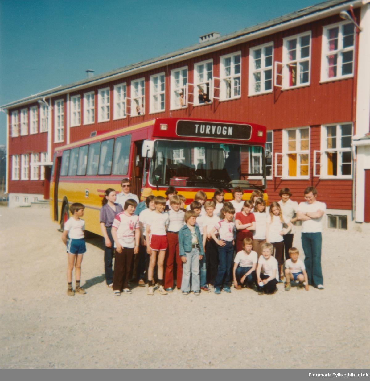 Elever i finsk ved Børselv skole. Lærer Terje Aronsen til høyre. Tur til Rovaniemi med besøk på skoler og i private hjem.