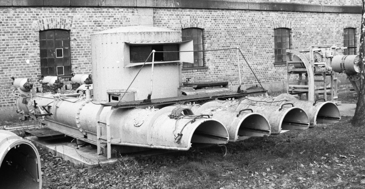 """21 QR Torpedorør MK VIII**  Torpedokanon av samme type som var om bord i jageren""""Stord"""".   Produsert av Sheerness Yard. Admirality No 168.  Rørene er sett bakfra nummerert E R I F. Hytta er montert over rør nr. R I F. Forran hytta over alle 4 rør går en gangvei med rekke. Leider på begge sider."""