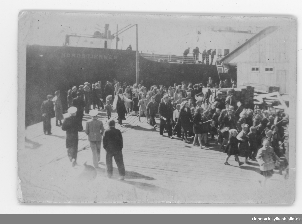 17. mai feiring ved havna i Nordvågen i ca. 1948. DS Nordstjernen ligger ved havna.