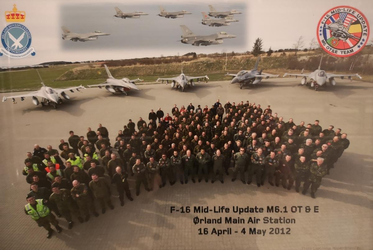 Gruppe av skvadronspersonell foran 4 x F-16 på bakken, samt 6 x F-16 i lav formasjon.